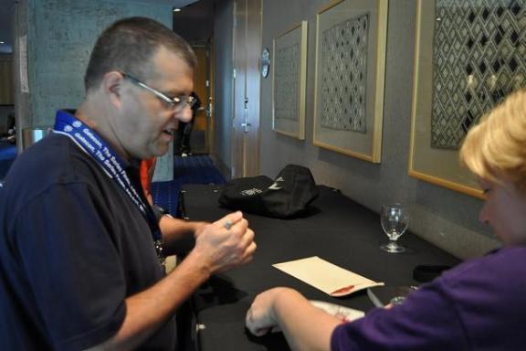 Gatecon 2010 Bruce Woloshyn signs for fans!