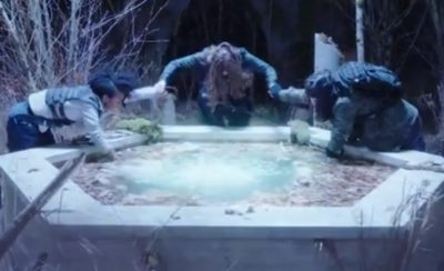 Van Helsing S4x07 The fountains activates after Vanessa tells Violet and Jack to clasp her hands