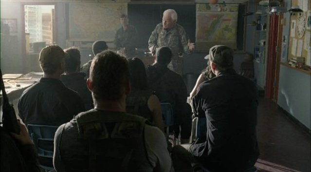Falling Skies S1x03 - Porter and Captain Weaver in the briefing