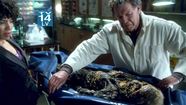 Fringe S4x03 - Walter with the corpse