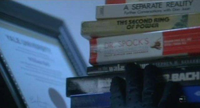 Fringe S3x12 - Nina examines the book shelf