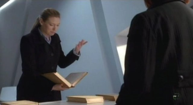 Fringe S3x12 - Olivia and Nina discuss The First People books