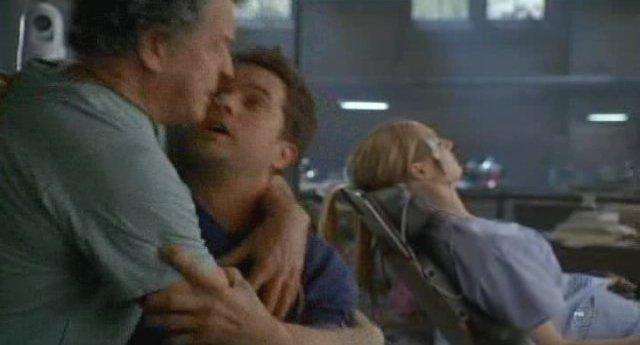 Fringe S3x19 - Walter consoles Peter