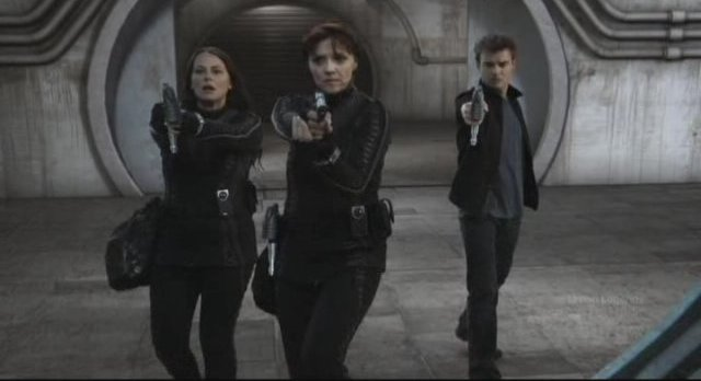 Sanctuary S3x11 - Helen Kate and Will with guns drawn